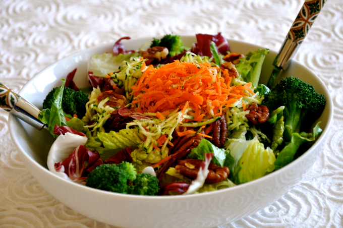 Summer Salad with Grated Vegetables & Oil-Free Dressing